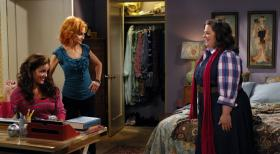 Mike &amp; Molly - Das erste Date von Molly (Melissa McCarthy, r.) und Mike steht an. Mollys Mutter Joyce (Swoosie Kurtz, M.) und ihre Schwester Victoria (Katy Mixon, l.) stehen ihr bei den Vorbereitungen dazu bei ...  2010 CBS Broadcasting Inc. All Rights Reserved.