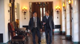 The Mentalist - Patrick Jane (Simon Baker, r.) und Kimball Cho (Tim Kang, l.) besuchen eine luxurise Rehabilitationsklinik, um dort den Tod eines jungen Models zu untersuchen ...  Warner Bros. Television