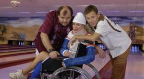 Markus Majowski (l.), Mirja Boes (M.) und Mathias Schlung (r.) beim Bowlen unter erschwerten Bedingungen.  Sat.1