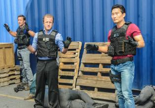 Hawaii Five-0 - Ein neuer Fall beschäftigt das Team: Steve (Alex O'Loughlin, M.), Danny (Scott Caan, l.) und Chin (Daniel Dae Kim, r.) ... © 2013 CBS Broadcasting, Inc. All Rights Reserved.