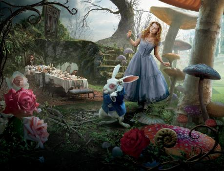 Alice im Wunderland - Ein weißer Hase mit Weste und Taschenuhr führt Alice (Mia Wasikowska, r.) ins Wunderland, wo sie auf den verrückten Hutmacher (Johnny Depp, l.) trifft ... © Leah Gallo Disney Enterprises, Inc. All rights reserved