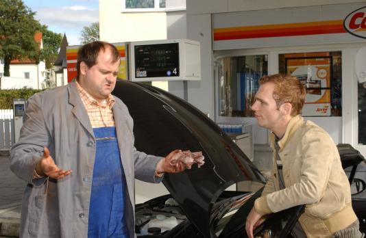 An der Tankstelle: Markus Majowski (l.) und Ralf Schmitz (r.) - Bildquelle: S...