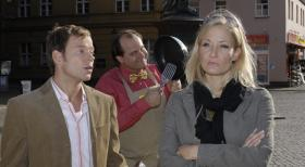 Janine (Janine Kunze, r.) rgert sich ber ihren Mann (Mathias Schlung, l.). Der Pfannenverkufer (Markus Majowski, M.) nutzt die Stimmungslage und bietet seine Pfannen zur Problemlsung an ...  Sat.1