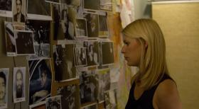 Homeland - Carrie (Claire Danes) will ihre berwachung nicht aufgeben, auch, wenn sie damit gegen die Regeln verstt ...  2011 Twentieth Century Fox Film Corporation. All rights reserved.