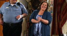 Mike &amp; Molly - Wird Mike Biggs (Billy Gardell, l.) endlich seinen Mut zusammennehmen und Molly (Melissa McCarthy, r.) zu einem Date einladen?  2010 CBS Broadcasting Inc. All Rights Reserved.