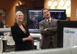 Navy CIS - Bei den Ermittlungen in einem Fall, stößt das Team um DiNozzo (Michael Weatherly, r.) auf Dr. Samantha Ryan (Jamie Lee Curtis, l.). Doch hat die etwas damit zu tun? © 2012 CBS Broadcasting Inc. All Rights Reserved.