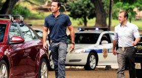 Hawaii Five-0 - Ein neuer Mordfall wartet auf Steve (Alex O'Loughlin, l.) und Danny (Scott Caan, r.) ... © 2012 CBS Broadcasting, Inc. All Rights Reserved.