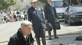 Gibbs (Mark Harmon, l.), Ducky (David McCallum, M.) und Jimmy (Brian Dietzen, r.) untersuchen den Tatort nach Spuren ...  CBS Television