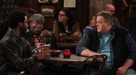 Mike & Molly - Männergespräche: Mike (Billy Gardell, r.), Samuel (Nyambi Nyambi, l.) und Carl (Reno Wilson, l.) ... © 2010 CBS Broadcasting Inc. All Rights Reserved.