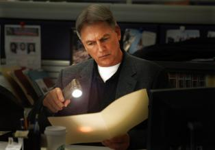 In halb Washington D.C. fllt pltzlich der Strom aus. Fr Gibbs (Mark Harmon) und sein NCIS-Team kein Grund, einen Leichenfund unbeachtet zu lassen ...  CBS Television