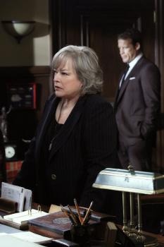 Harry's Law - Arbeitet weiter am Sanders Fall: Harry (Kathy Bates) ... © Warner Bros. Television