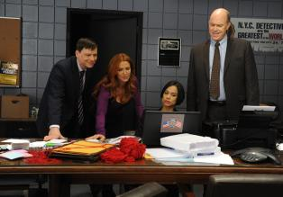 Unforgettable - Ein neuer Fall beschäftigt Carrie (Poppy Montgomery, 2.v.l.), Nina (Daya Vaidya, 2.v.r.), Mike (Michael Gaston, r.) und Roe (Kevin Rankin, l.) ... © 2011 CBS Broadcasting Inc. All Rights Reserved.