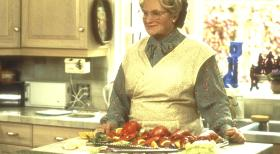 Mrs. Doubtfire - Das stachelige Kindermdchen - Nach kurzer Zeit ist die resolute Mrs. Doubtfire (Robin Williams, M.) vllig in den Alltag der Familie eingebunden.  20th Century Fox