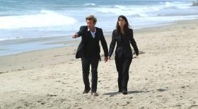 The Mentalist - Der angehende Surfprofi Jay Banner wird ermordet am Strand aufgefunden. Patrick (Simon Baker, l.) und Teresa (Robin Tunney, r.) beginnen mit den Ermittlungen ...  Warner Bros. Television