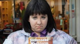 Weibsbilder - Die Propagandistin (Mackie Heilmann) versucht mit &quot;Sickesacke Wachturm&quot; Kundschaft zu werben.  Frank Hempel Sat.1