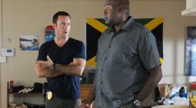Hawaii Five-0 - Sind dazu gezwungen zusammenarbeiten, um die Staatssicherheit ihres Landes zu schützen: Steve (Alex O'Loughlin, l.) und Lou Grover (Chi McBride, r.) ... © 2013 CBS BROADCASTING INC. All Rights Reserved.