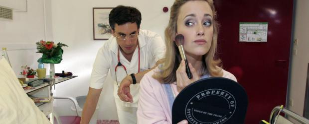 Two Funny - Die Sketch Comedy - Der Doktor (Alexander Schubert, l.) findet es vllig unntig, dass Frau Hussmann (Judith Richter, r.) sich noch schminkt. Aber Mnner haben davon ja keine Ahnung - dabei ist ein Rntgenbild doch auch eine Art Fototermin ...  Noreen Flynn Sat.1