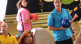 Unforgettable - Ahnen noch nicht, dass ihr Bowling-Abend durch einen Mordfall gestört wird: Carrie (Poppy Montgomery, 3.v.l.) und Al (Dylan Walsh, r.) ... © 2011 CBS Broadcasting Inc. All Rights Reserved.
