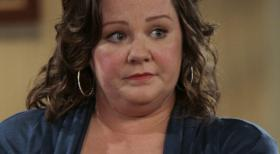 Mike &amp; Molly - Die Grundschullehrerin Molly (Melissa McCarthy) leidet unter ihrem bergewicht, zumal sowohl ihre Mutter als auch ihre Schwester rank und schlank sind ...  2010 CBS Broadcasting Inc. All Rights Reserved.