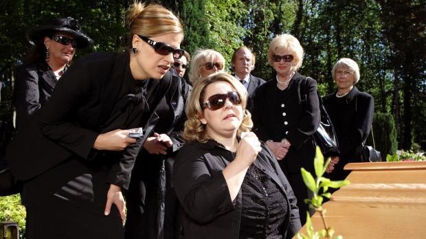 Beide Frauen (Judith Döker, l.; Mackie Heilmann, r.) haben einen großen Verlu...