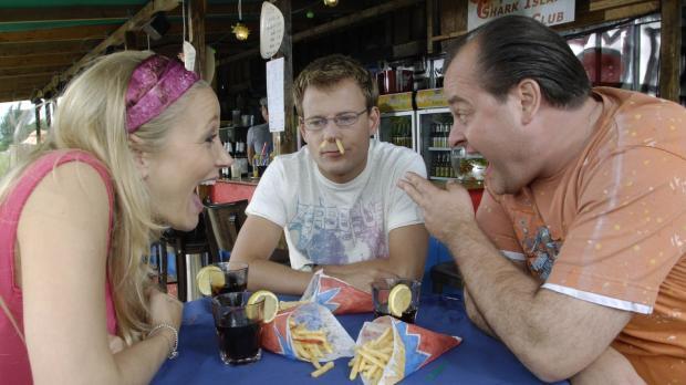 Stefan (Mathias Schlung, M.) versucht Marie (Janine Kuinze, l.) und Bernd (Ma...