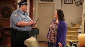 Mike & Molly - Werden sie endlich zueinanderfinden? Molly (Melissa McCarthy, r.) und Mike (Billy Gardell, l.) © 2010 CBS Broadcasting Inc. All Rights Reserved.