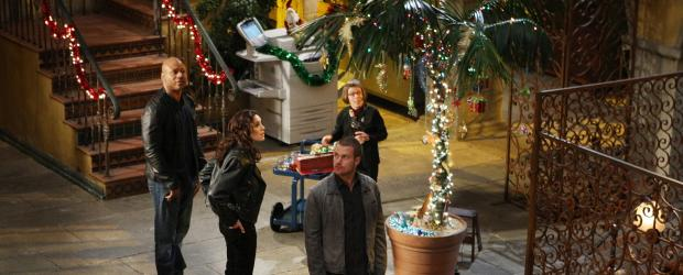 Damit sie trotz eines neuen Falles in Weihnachtsstimmung kommen, wird der Innenhof des Hauptquartiers weihnachtlich geschmückt: Sam (LL Cool J, l.), Callen (Chris O'Donnell, r.), Hetty (Linda Hunt, 2.v.r.) und Kensi (Daniela Ruah, 2.v.l.) ... © CBS Studios Inc. All Rights Reserved.
