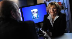 Unforgettable - Bei den Ermittlungen in einem neuen Fall: Joanne Webster (Jane Curtin, r.) ... © 2011 CBS Broadcasting Inc. All Rights Reserved.