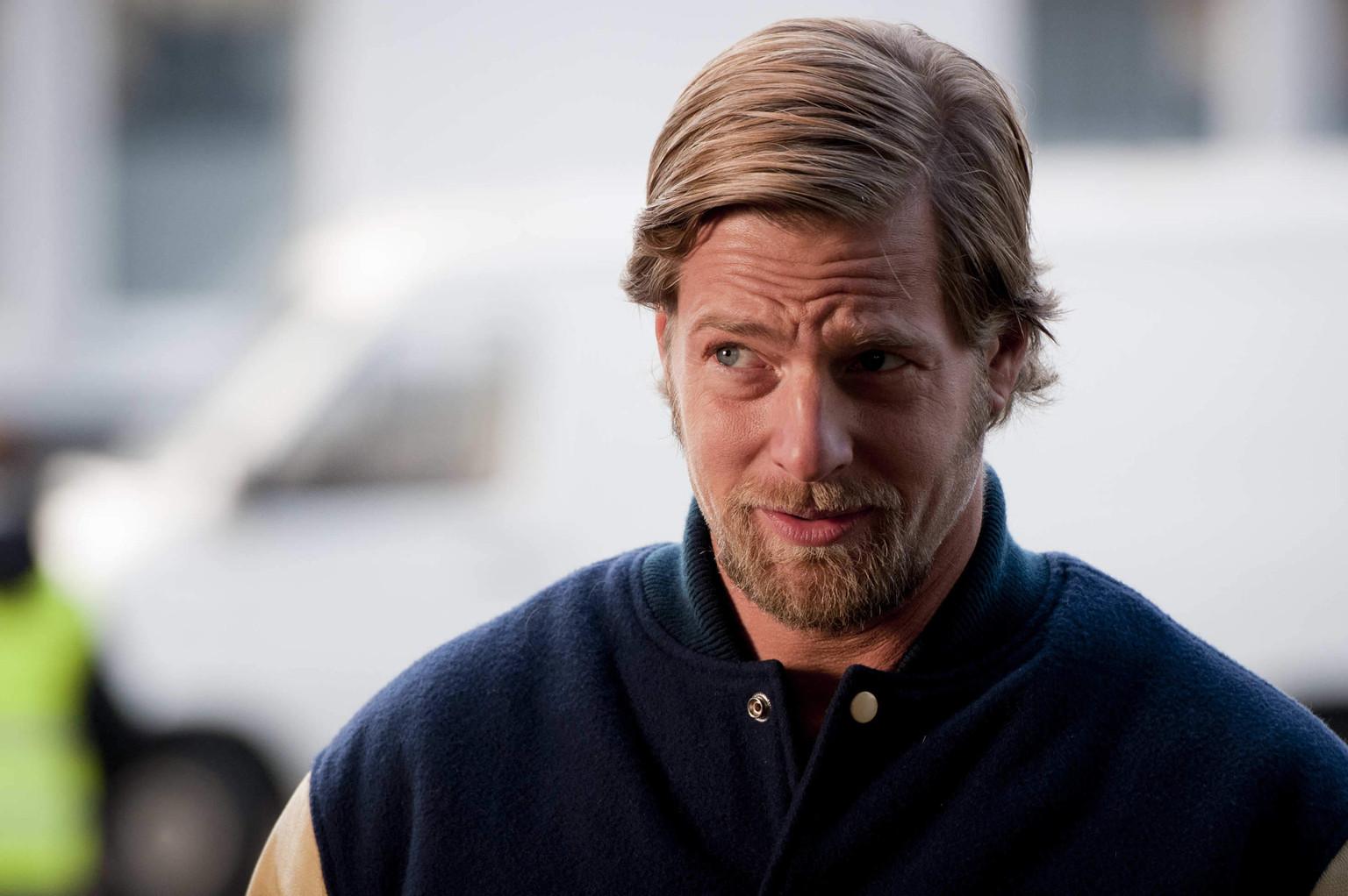 Mick (Henning Baum) ist der festen Überzeugung, dass erstens Benzin wirklich zu teuer ist und zweitens noch nie eine Protestaktion so sexy war, ... - 472dfdd2f029d9c214abb8943fec348c-original