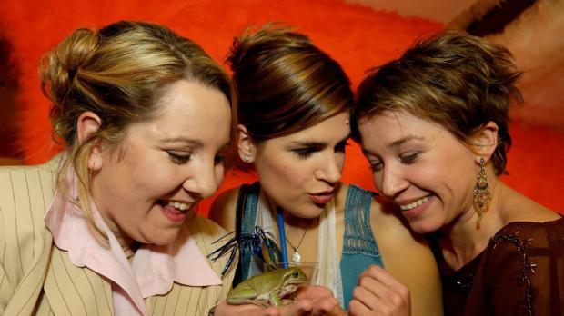 Ein sprechender Frosch, wie niedlich! Die drei Weibsbilder (V.l.n.r.: Mackie...