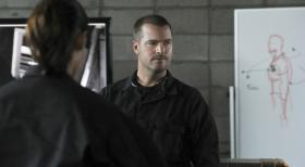 Navy CIS: L.A. - Arbeitet als verdeckter Ermittler, um ein Netzwerk tschetschenischer Terroristen zu infiltrieren: Callen (Chris O'Donnell) ... © CBS Studios Inc. All Rights Reserved.