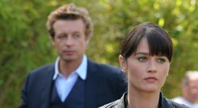 Ermitteln in einem neuen Mordfall: Teresa Lisbon (Robin Tunney, r.) und Patrick Jane (Simon Baker, l.) ...  Warner Bros. Television