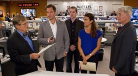Navy CIS - Ein neuer Fall wartet auf das Team: Ducky (David McCallum, l.), Tony (Michael Weatherly, 2.v.l.), McGee (Sean Murray, M.), Ziva (Cote de Pablo, 2.v.r.) und Gibbs (Mark Harmon, r.) ... © CBS Television