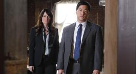 The Mentalist - Ermitteln in einem neuen Mordfall: Teresa (Robin Tunney, l.) und Kimball (Tim Kang, r.) ...  Warner Bros. Television