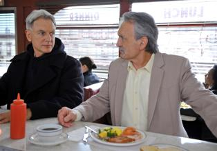 Navy CIS - Was wäre wenn...: Gibbs (Mark Harmon, l.) und Mike Franks (Muse Watson, r.) © CBS Television