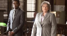 Harry's Law - Harriets (Kathy Bates, r.) erster Fall ist der Selbstmrder Malcolm  (Aml Ameen, l.), der bei einem Sprung von einem Gebude auf ihr gelandet ist ...  Warner Bros. Television