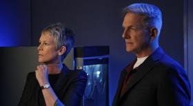 Navy CIS - Müssen in einem neuen Fall zusammen arbeiten: Gibbs (Mark Harmon, r.) und Dr. Samantha Ryan (Jamie Lee Curtis, l.) ... © 2012 CBS Broadcasting Inc. All Rights Reserved.