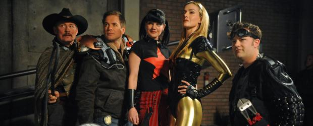 Navy CIS - Superhelden: (v.l.n.r.) Tom Ventura (Tom Lind), Tony (Michael Weatherly), Abby (Pauley Perrette), Spandaxia (Allison McAtee) und Boltcutter (Shannon McClung) ... © 2012 CBS Broadcasting Inc. All Rights Reserved.