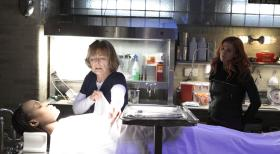 Unforgettable - Müssen den Mord an einer jungen Tennisspielerin aufklären: Carrie (Poppy Montgomery, l.) und Joanne Webster (Jane Curtin, M.) ... © 2011 CBS Broadcasting Inc. All Rights Reserved.