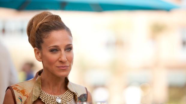 Kaum in Abu Dhabi angekommen, erwartet Carrie (Sarah Jessica Parker) eine Ver...