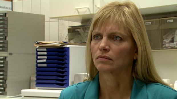 Friseurmeisterin Angela steht mit ihrem Salon kurz vor dem Bankrott. Als ihre...