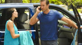 Hawaii Five-0 - Whrend Steve (Alex O'Loughlin, r.) und seine Kollegen an einem neuen Fall arbeiten, versucht Catherine (Michelle Borth, l.) ber einen Beamten des Zeugenschutzprogramms, den Aufenthalt von seiner Mutter herauszubekommen ...  2012 CBS Broadcasting, Inc. All Rights Reserved.