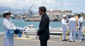 Hawaii Five-0 - Ein scheinbar ungefährlicher Überwachungsjob endet für Billy Harrington tödlich. Catherine (Michelle Borth, l.) und Steve (Alex O'Loughlin, r.) müssen Abschied nehmen ... © 2013 CBS BROADCASTING INC. All Rights Reserved.