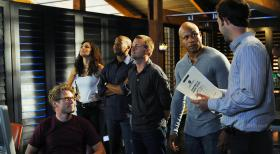 Ermitteln in einem Mordfall: Eric Beal (Barrett Foa, vorne), Special Agent Kensi Blye (Daniela Ruah, l.), Special Agent Dominic Vail (Adam Jamal Craig, 2.v.l.), Special Agent Callen (Chris O'Donnell, M.), Special Agent Sam Hanna (LL Cool J, 2.v.r.) und Nate Getz (Peter Cambor, r.) ... © CBS Studios Inc. All Rights Reserved.