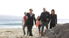 The Mentalist - Als der angehende Surfprofi Jay Banner ermordet am Strand aufgefunden wird, beginnen Patrick (Simon Baker, 2.v.l.), Teresa (Robin Tunney, r.) und Chief Burt Anson (Brett Rice, 2.v.r.) mit den Ermittlungen ...  Warner Bros. Television