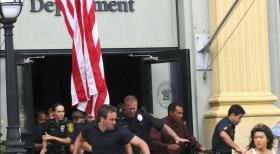 Hawaii Five-0 - Müssen sich in Sicherheit bringen: Steve (Alex O'Loughlin, vorne l.) und Kono (Grace Park, r.) ... © TM &   CBS Studios Inc. All Rights Reserved.
