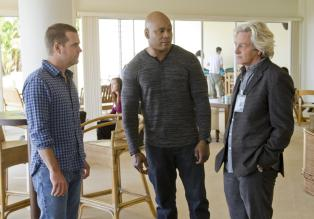 Navy CIS: L.A. - Bei den Ermittlungen in einem neuen Fall, stoßen Callen (Chris O'Donnell, l.) und Sam (LL Cool J, M.) auf Martin Lake (William Russ, r.). Doch was hat er damit zu tun? © CBS Studios Inc. All Rights Reserved.