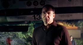Jason Gideon (Mandy Patinkin) und sein BAU-Team untersuchen einen Bombenanschlag auf einen Verkehrsbus in Seattle, der von einem militanten Technologiegegner verbt worden ist.  Touchstone Television