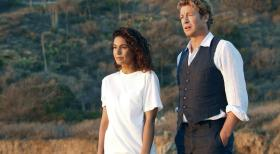 The Mentalist - Patrick Jane (Simon Baker, r.) hofft, von Lorelei Martins (Emmanuelle Chriqui, l.) etwas ber Red John zu erfahren. Doch wird sie ihm helfen?  Warner Bros. Television