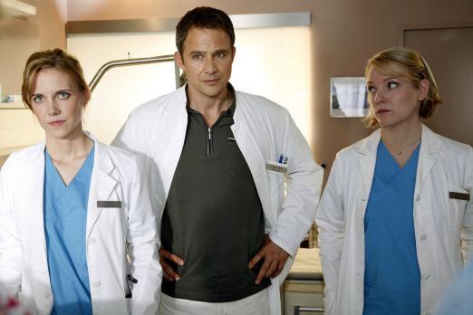 Klinik am Alex - Luisa (Jana Voosen, l.), Stephan (Andreas Brucker, M.) und D...